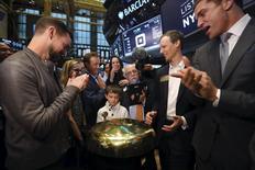 El presidente ejecutivo de Squere y de Twitter, Jack Dorsey (izquierda), junto a Jim McKelvey, confundador de Square (2do a la derecha) y el presidente de la Bolsa de Nueva York, Tom Farley (derecha) miran a Mac Riley tocar una campana ceremonial, en la Bolsa de Nueva York, 19 de noviembre de 2015. Las acciones de Square Inc, la compañía de pagos por teléfono celular cofundada y dirigida por el presidente ejecutivo de Twitter Inc, Jack Dorsey, escalaron hasta un 64 por ciento en su debut de mercado, ofreciendo esperanza a las nuevas firmas tecnológicas que quieren salir a bolsa. REUTERS/Lucas Jackson