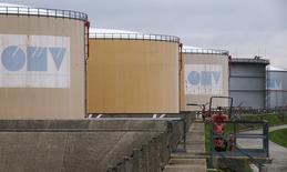 Нефтехранилища на НПЗ OMV в Швехате 21 октября 2015 года. Цены на нефть колеблются вблизи трехмесячного минимума, потеряв с начала месяца 13 процентов из-за избытка нефти на рынке. Цены на нефть колеблются вблизи трехмесячного минимума, потеряв с начала месяца 13 процентов из-за избытка нефти на рынке. REUTERS/Heinz-Peter Bader
