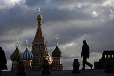 Люди на Красной площади в Москве 21 декабря 2007 года. Наступающие выходные в Москве будут пасмурными и обещают осадки, свидетельствует усредненный прогноз, составленный на основании данных Гидрометцентра России, сайтов intellicast.com и gismeteo.ru. REUTERS/Denis Sinyakov