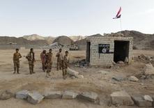 """Йеменские солдаты на блокпосту, который ранее контролировали боевики """"аль-Каиды"""", в аль-Махфаде. 23 мая 2014 года. По меньшей мере 15 йеменских солдат и 14 боевиков были убиты после того, как """"аль-Каида"""" атаковала военный блокпост в восточном регионе Йемена Хадрамаут, сообщил источник в службах безопасности. REUTERS/Khaled Abdullah"""