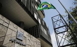Una bandera de Brasil junto a la sede de Petrobras, durante una protesta en Río de Janeiro, 4 de marzo de 2015. Un sindicato de trabajadores clave de la petrolera brasileña Petrobras votó el viernes a favor de poner fin a una huelga de 20 días que interrumpió la producción. REUTERS/Sergio Moraes