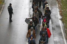 Мигранты на пограничном переходе между Австрией и Германией. 29 октября 2015 года. Более 900.000 вновь прибывших мигрантов было зарегистрировано в Германии с начала текущего года, сообщило министерство внутренних дел Баварии в пятницу. REUTERS/Michaela Rehle