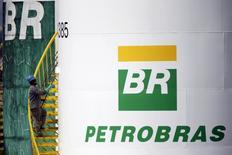 Tanque de combustível da Petrobras é pintado em Brasília. 30/09/2015. REUTERS/Ueslei Marcelino
