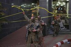 Французские солдаты покидают гостиницу Radisson в Бамако 20 ноября 2015 года. Жертвами нападениям боевиков на отель в Мали стали шестеро сотрудников авиакомпании Волга-Днепр, говорится в сообщении на сайте МИДа России в субботу. REUTERS/Joe Penney