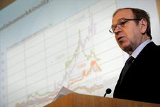 En la imagen de archivo, Erkki Liikanen hace comentarios durante un evento en Helsinki, Finlandia. 15 de marzo, 2012. La inflación de la zona euro y las perspectivas de crecimiento están enfrentando riesgos a la baja, dijo el sábado el miembro del consejo del Banco Central Europeo Erkki Liikanen, añadiendo que el organismo debe estar preparado para actuar en pos de lograr sus objetivos de expansión económica y de precios. REUTERS/Lehtikuva/Antti Aimo-Koivisto. ESTA IMAGEN HA SIDO ENTREGADA POR UN TERCERO. ESTA IMAGEN ES DISTRIBUIDA EXACTAMENTE COMO FUE RECIBIDA POR REUTERS COMO UN SERVICIO A LOS CLIENTES. SÓLO PARA USO EDITORIAL. NO PARA VENTAS.