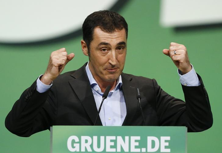 Cem Oezdemir of the environmental Greens party (Die Gruenen) makes a point during his speech at a party meeting in Berlin October 19, 2013. REUTERS/Tobias Schwarz (GERMANY - Tags: POLITICS)