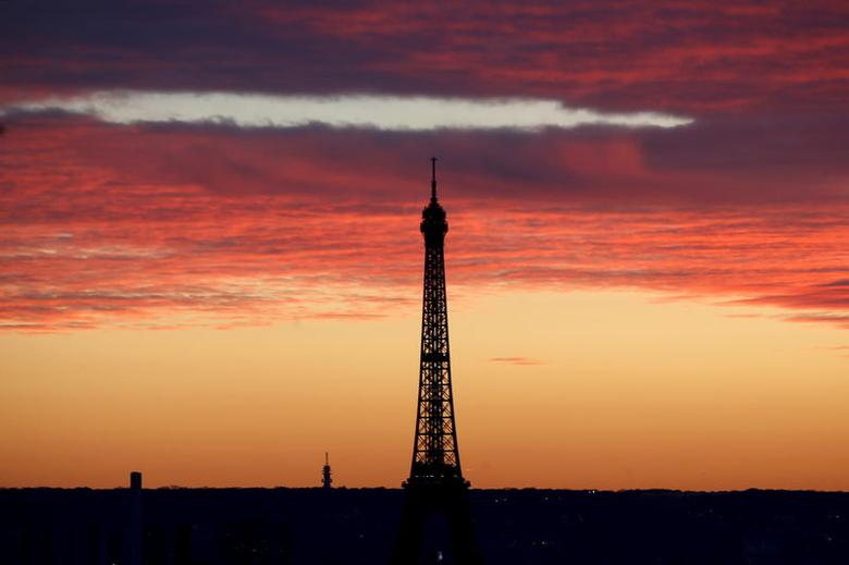 The Eiffel Tower is seen at sunset in Paris, France, November 22, 2015. The capital will host the World Climate Change Conference 2015 (COP21) from November 30 to December 11. REUTERS/Charles Platiau