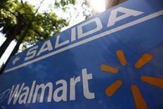 Логотип Wal-Mart в Мехико. 24 апреля 2015 года. Крупнейший в мире ритейлер Wal-Mart Stores Inc решил, что Киберпонедельник, день самых масштабных онлайн-распродаж в США, больше не будет проводиться в понедельник. REUTERS/Edgard Garrido