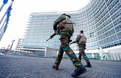 """Бельгийские солдаты у здания Еврокомиссии в Брюсселе. 23 ноября 2015 года. Солдаты патрулируют улицы Брюсселя и охраняют здания ЕС в понедельник - третий день """"режима локдауна"""", - в то время как полиция разыскивает боевика-исламиста, подозреваемого в причастности к атакам в Париже. REUTERS/Yves Herman"""