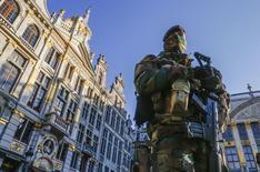 Soldado belga na Grand Place, de Bruxelas, como parte do reforço na segurança desde os ataques de Paris. 23/11/2015 REUTERS/Yves Herman