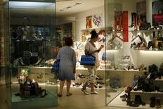 Обувной магазин в испанском городе Ронда. 27 августа 2015 года. Рост деловой активности в еврозоне ускорился в ноябре сильнее, чем ожидалось, продемонстрировав самые быстрые темпы с середины 2011 года. REUTERS/Jon Nazca