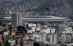 Estádio do Maracanã entre favelas na zona norte do Rio de Janeiro. 19/11/2015  REUTERS/Sergio Moraes