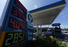 Una gasolinera de Valero operando en Encinitas, EEUU, ago 4, 2015. BNP Paribas bajó el lunes sus previsiones de precios de los petróleos Brent y el estadounidense West Texas Intermediate (WTI) para el período 2015 a 2017, debido a una reciente baja en los mercados.  REUTERS/Mike Blake
