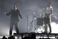 Imagen de archivo de una presentación del grupo U2 en los premios MTV Europa en Glasgow, nov 9, 2014. La banda de rock irlandesa U2 reagendó para principios de diciembre sus conciertos en París, tras cancelar dos presentaciones previas por los ataques de Estado Islámico que acabaron con la vida de 130 personas.            REUTERS/Toby Melville