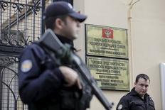 Турецкая полиция у генерального консульства РФ в Стамбуле 24 ноября 2015 года. Турция намерена проинформировать представителей НАТО и РФ об инциденте со сбитым российским бомбардировщиком. REUTERS/Kemal Aslan