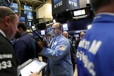 Operadores trabajando en la bolsa de Wall Street en Nueva York, nov 11, 2015. Las acciones bajaban el martes en la apertura en la bolsa de Nueva York, ya que los inversores huían de los activos de riesgo después de que Turquía derribara un avión de guerra ruso, a pesar de que unos datos apuntaban a un mayor crecimiento económico de Estados Unidos.   REUTERS/Brendan McDermid