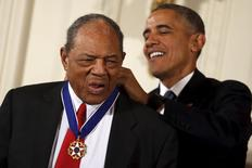 U.S. President Barack Obama presents the Presidential Medal of Freedom to former professional baseball player Willie Mays during an event in the East Room of the White House in Washington November 24, 2015.  REUTERS/Carlos Barria