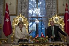 Канцлер Германии Ангела Меркель и президент Турции Тайип Эрдоган на встрече в Стамбуле. 18 октября 2015 года. Процесс поиска политического разрешения сирийского кризиса усложнился после того, как Турция сбила российский военный самолет, и должно быть сделано всё, чтобы избежать дальнейшей эскалации конфликта, сказала канцлер Германии Ангела Меркель в среду. REUTERS/Tolga Bozoglu/Pool
