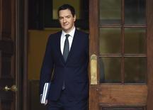 Le ministre britannique des Finances George Osborne a surpris ses détracteurs mercredi en relevant son objectif d'excédent budgétaire d'ici la fin de la décennie et en abandonnant un projet controversé de réduction des crédits d'impôts pour les travailleurs pauvres. Il vise désormais un excédent de 10,1 milliards de livres (14,36 milliards d'euros) d'ici l'année fiscale 2019-2020. /Photo prise le 25 novembre 2015/REUTERS/Andy Rain/pool