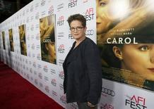 """Roteirista Nagy posa ao lado de cartaz do filme """"Carol"""" em Los Angeles.  8/11/2015.  REUTERS/Mario Anzuoni"""