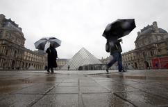 Turistas caminham no Museu Louvre em Paris.  REUTERS/Eric Gaillard