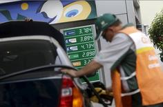 Trabalhador abastece carro em posto da Petrobras no Rio de Janeiro. 30/09/2015. REUTERS/Ricardo Moraes