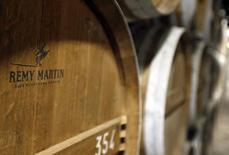 Rémy Cointreau, propriétaire entre autres du cognac Rémy Martin, a vu son résultat opérationnel chuter de 7,3% (à taux de change constants) à 107 millions d'euros d'avril à septembre 2015.  /Photo prise le 6 novembre 2015/REUTERS/Régis Duvignau