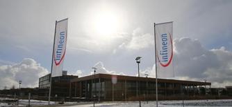 Infineon, fabricant allemand de puces à destination de l'industrie automobile, affiche un bénéfice d'exploitation en hausse de 52% et nettement supérieur aux attentes au titre de son quatrième trimestre./Photo d'archives/REUTERS/Michael Dalder