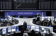 Operadores trabajando en la Bolsa de Fráncfort, Alemania, 26 de noviembre de 2015. Las bolsas europeas subían en las primeras operaciones del jueves, apoyadas por unos sólidos resultados trimestrales de Infineon y por los repuntes de los valores de las mineras por un rebote en los precios de los metales. REUTERS/Staff/Remote