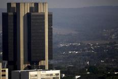 La sede del Banco Central de Brasil, en Brasilia, 23 de septiembre de 2015. Brasil reportó un déficit de cuenta corriente de 4.166 millones de dólares en octubre, desde la brecha de 3.076 millones de dólares de septiembre, registrando un saldo negativo mayor a lo previsto por economistas, dijo el jueves el Banco Central. REUTERS/Ueslei Marcelino