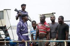 Предполагаемые пираты рядом с моряками ВМС Нигерии в Лагосе 20 августа 2013 года. Польское грузовое судно под флагом Кипра было атаковано пиратами у побережья Нигерии, сообщил в пятницу Министр иностранных дел Польши Витольд Ващиковский. REUTERS/Akintunde Akinleye