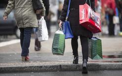 Le moral du consommateur allemand s'est à nouveau détérioré à l'approche de décembre, mais de manière moins marquée que prévu et sa propension à acheter s'est même améliorée. /Photo d'archives/REUTERS/Hannibal Hanschke