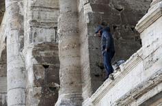 Homem escala o Coliseu, em Roma, em protesto contra restrições no turismo. 27/11/2015  REUTERS/Alessandro Bianchi