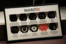 Swatch Group, Visa et Visa Europe ont annoncé le lancement d'un projet de paiement sans contact au moyen d'une montre et dont la commercialisation devrait être lancée au début de l'année prochain. /Photo d'archives/ REUTERS/Bobby Yip