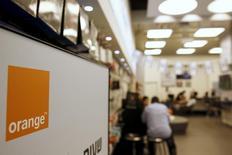 Orange a recruté des banques pour le conseiller sur ses options face à la consolidation en vue sur le marché européen des télécoms. Selon l'agence Bloomberg, l'opérateur historique français travaille avec des conseillers en vue de s'étendre en Europe et un rapprochement avec son homologue italien Telecom Italia est à l'étude. /Photo d'archives/REUTERS/Ronen Zvulun