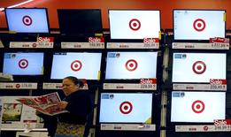 """Una mujer realizando compras al interior de un local de la cadena Target durante el Black Friday en Chicago, nov 27, 2015. La página web de la tienda departamental Target Corp estaba inoperativa por la cantidad de tráfico registrado a causa del """"cyber monday"""", un día con descuentos especiales en productos electrónicos en Estados Unidos.  REUTERS/Jim Young"""