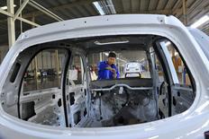 Un empleado ensambla un auto eléctrico en una fábrica en Qingzhou, China, 31 de octubre de 2015. La actividad de sector manufacturero de China se contrajo por noveno mes consecutivo en noviembre, pero a un ritmo más lento que en octubre, mostró una encuesta privada, avivando las esperanzas de que la economía podría estar estabilizándose después de una serie de medidas gubernamentales de apoyo. REUTERS/China Daily