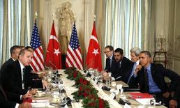 Президенты США и Турции Барак Обама и Тайип Эрдоган на встрече в Париже. 1 декабря 2015 года. Президент США Барак Обама призвал главу Турции Тайипа Эрдогана снизить напряжение в отношениях с Россией, но подчеркнул, что поддерживает право союзника на защиту воздушного пространства. REUTERS/Kevin Lamarque