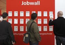 Visitantes miran las ofertas de empleos en una feria de trabajos, en Hannover, 22 de abril de 2008. La tasa de desempleo de Alemania cayó a un 6,3 por ciento en noviembre, el nivel más bajo desde la reunificación del país en 1990, reforzando expectativas de que el consumo privado seguirá respaldando al crecimiento en la mayor economía de Europa. REUTERS/Christian Charisius  (GERMANY) - RTR1ZRB1