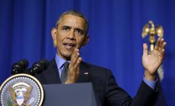 """Президент США Барак Обама на пресс-конференции в Париже. 1 декабря 2015 года. Барак Обама сказал, что не ждет """"разворота на 180 градусов"""" позиции российского лидера Владимира Путина в отношении Сирии в ближайшие недели, но рассчитывает на его сотрудничество с западной коалицией в войне с """"Исламским государством"""". REUTERS/Kevin Lamarque"""