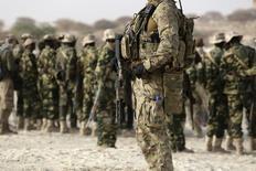 """Американский спецназовец на учениях с армией Чада в Мао. 22 февраля 2015 года. Соединенные Штаты развернут силы спецназначения в Ираке, чтобы оказать дополнительное давление на """"Исламское государство"""", и будут использовать их в одностороннем порядке для операций в Сирии, сказал во вторник глава Пентагона Эштон Картер. REUTERS/Emmanuel Braun"""