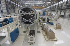 Un Airbus A321 siendo ensamblado en el hangar de la planta de manufacturas de Airbus en Mobile, Alabama, 13 de septiembre de 2015. La producción manufacturera de Estados Unidos se contrajo en noviembre por primera vez en 36 meses debido a que el sector se vio afectado por la fortaleza del dólar y profundos recortes de gastos en el sector energético. REUTERS/Michael Spooneybarger