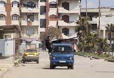 Сирийские повстанцы в районе Хомса Ваер. 17 марта 2015 года. Губернатор сирийской провинции Хомс сказал во вторник, что местные власти договорились с вооруженными группами оппозиции о том, что они оставят контролируемый ими городской район, говорится в сообщении администрации губернатора. REUTERS/Stringer