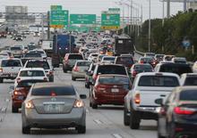 El tráfico en hora punta, visto en la interestatal 95, cerca del centro de Miami, en Florida, 5 de noviembre de 2015. Las ventas de automóviles en Estados Unidos crecieron en noviembre impulsadas por una fortaleza en el sector de vehículos utilitarios y alentadas por promociones comerciales, mientras que las ventas anuales de la industria crecerían por encima de 18 millones de unidades. REUTERS/Joe Skipper