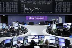 Operadores trabajando en la Bolsa de Fráncfort, Alemania, 1 de diciembre de 2015. Las acciones europeas cerraron en baja el martes, lastradas por el fuerte descenso de Linde después de que la compañía de gases industriales recortó su proyección de utilidades para el 2017. REUTERS/Staff/Remote