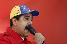 El presidente de Venezuela, Nicolás Maduro, en Caracas, 1 de diciembre de 2015. El presidente de Venezuela, Nicolás Maduro, reiteró el martes sus esperanzas de que la OPEP modifique su política de producción en la reunión del viernes del grupo, y agregó que el país sudamericano presionará por un recorte de un 5 por ciento para apuntalar los precios del petróleo. REUTERS/Carlos Garcia Rawlins