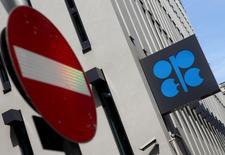 Логотип ОПЕК на штаб-квартире организации в Вене 21 августа 2015 года. Ряд стран ОПЕК вновь попробуют убедить Саудовскую Аравию снизить добычу нефти на предстоящем в пятницу совещании, но большинство аналитиков считают, что это им вряд ли удастся, и значительный избыток нефти на мировом рынке сохранится. REUTERS/Heinz-Peter Bader