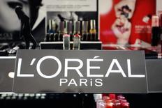 L'Oréal est une des valeurs à suivre mercredi à mi-séance à la Bourse de Paris et gagne plus de 1%. Comme une autre valeur du luxe, LVMH, elle profite de la baisse de l'euro passé sous 1,06 dollar. /Photo prise le 20 avril 2015/REUTERS/Charles Platiau