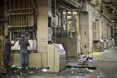 Unos trabajadores en la planta algodonera Oakland Gin en Florence, EEUU, oct 23 2015. Los empleadores privados de Estados Unidos aumentaron las contrataciones en noviembre, lo que sugiere que el crecimiento del empleo probablemente es lo suficientemente fuerte como para soportar la primera alza de tasas de interés en casi una década por parte de la Reserva Federal este mes.   REUTERS/Brian Snyder