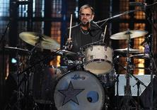 El ex baterista de los Beatles, Ringo Starr toca la batería en la ceremonia del Salón de la Fama del Rock and Roll, en Cleveland, 18 de abril de 2015. Una batería de Ringo Starr lograría millones de dólares esta semana en una subasta que es parte de la venta de varias reliquias que pertenecen al ex Beatle y su esposa, Barbara Bach. REUTERS/Aaron Josefczyk